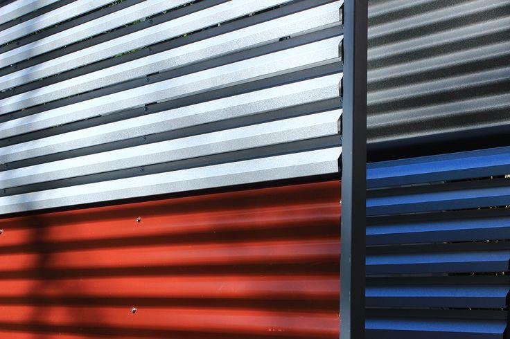 Garduri metalice din panouri mixte in culori pastel.