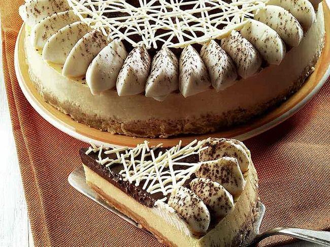 La ricetta del cheesecake al cioccolato di Luca Montersino. Lo chef pasticciere ci insegna a preparare il classico cheesecake al cioccolato in una versione raffinatissima