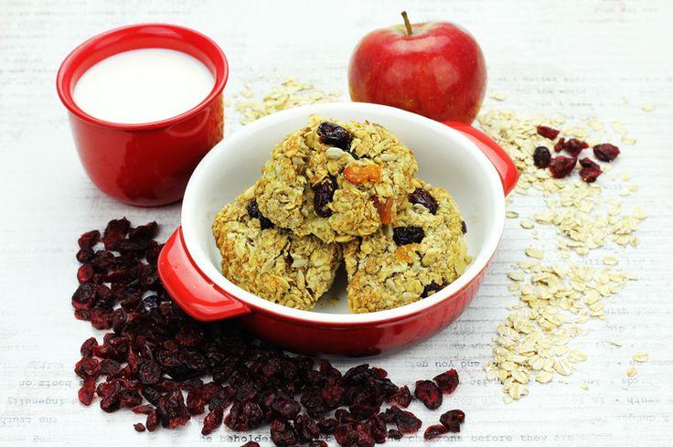 Ciastka owsiane z jabłkami    Składniki:      2 średniej wielkości jabłka     ¾ szklanki płatków owsianych     1 jajko     Miód     Cynamon     Rozdrobnione orzechy (opcjonalnie)     Żurawina (opcjonalnie)  Przygotowanie:  Jabłka obieramy i ścieramy na tarce. Łączymy z jajkiem i dodajemy pozostałe składniki, doprawiając miodem i cynamonem wedle uznania. Płatki można uprzednio namoczyć w gorącej wodzie lub pozwolić im zmięknąć przez kilkanaście minut już po połączeniu składników...