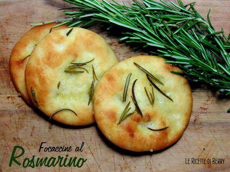 Focaccine al Rosmarino   Le Ricette di Berry Le focaccine al rosmarino sono un'idea perfetta per buffet, aperitivi o anche come sostituto del pane a tavola