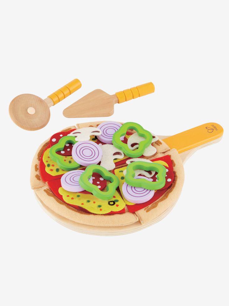 Set pizza Hape multicolore - Pizza au menu pour tous ! 31 pièces pour jouer au pizzaölo en composant une magnifiques pizza avec garniture pour 4 personnes.    Peluche Lapinou personnalisable et sa boite cadeau blanc - Cet adorable lapin va vite devenir le meilleur ami de bébé pour les câlins. Une belle idée cadeau et en plus la possibilité de le personnaliser. www.vertbaudet.fr