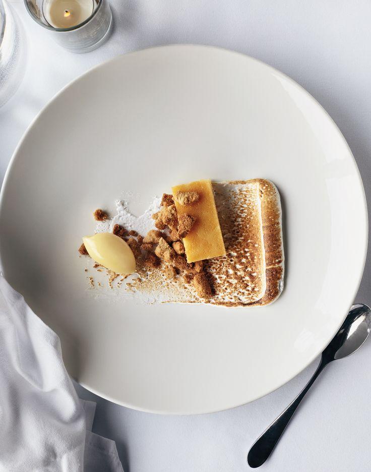 meringue italienne parfumée chicorée, gateau de chataigne et glace champignons, brisure de crumble et meringue, sauce caramel déglacé eau de champignons