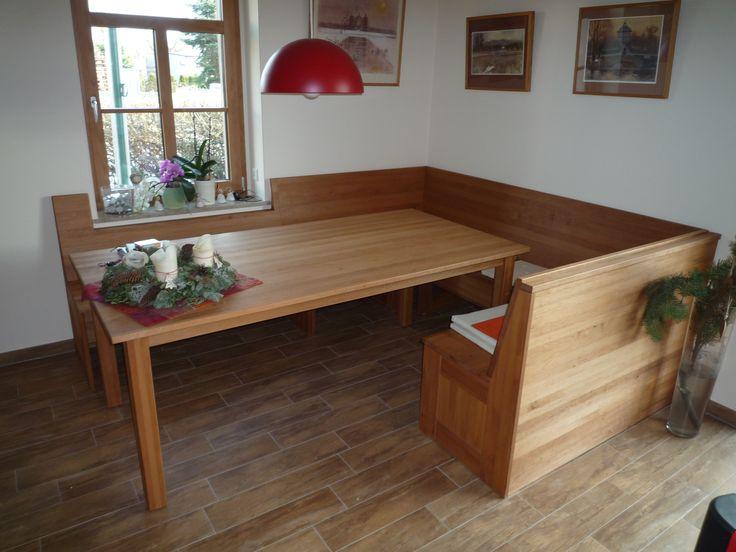 Dieser Tisch mit Eckbank wurde maßgefertigt und bietet mehreren Personen Platz.