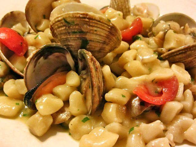 Sassolini acqua e farina con frutti di mare