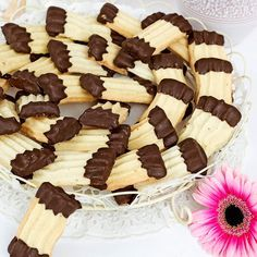 Ljuvligt spröda och lättbakade chokladdoppade strasskakor.