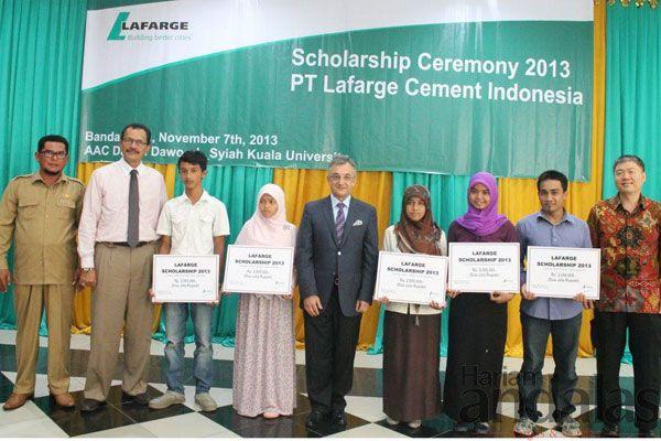 BERPOSE-Pihak PT Lafarge Cement Indonesia dan sejumlah pelajar penerima beasiswa berpose bersama.