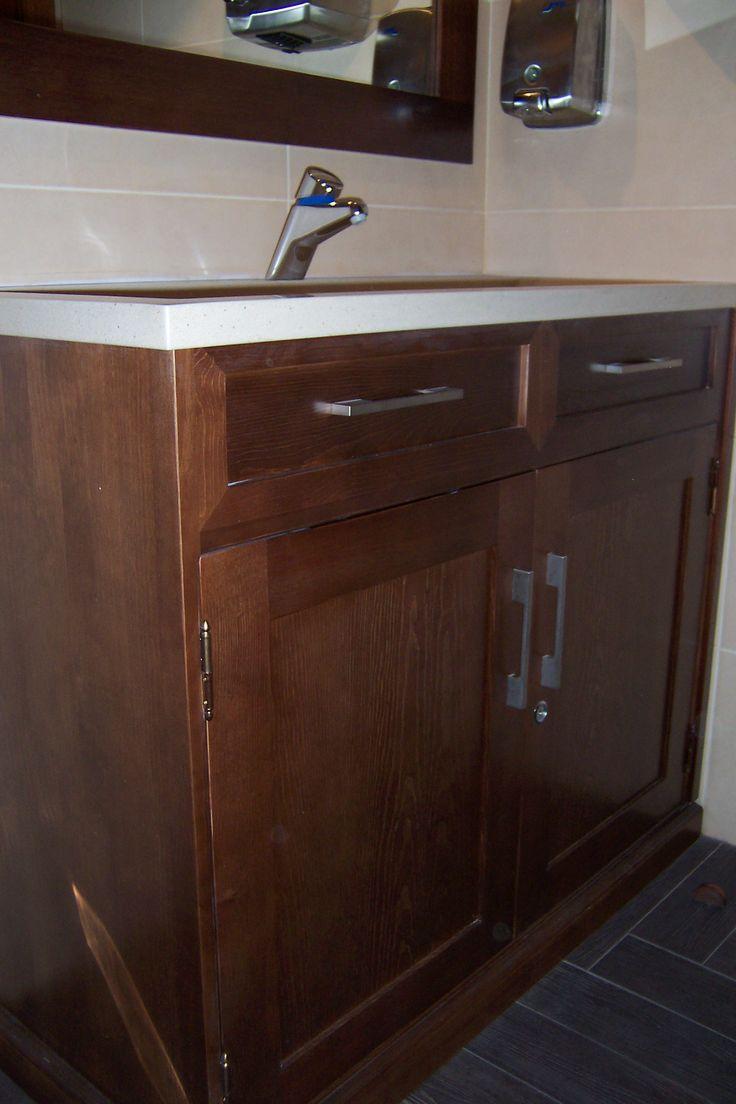 Mueble de ba o con encimera de marmol blanco baldas en interior de puertas tiradores planos - Tiradores para muebles de bano ...