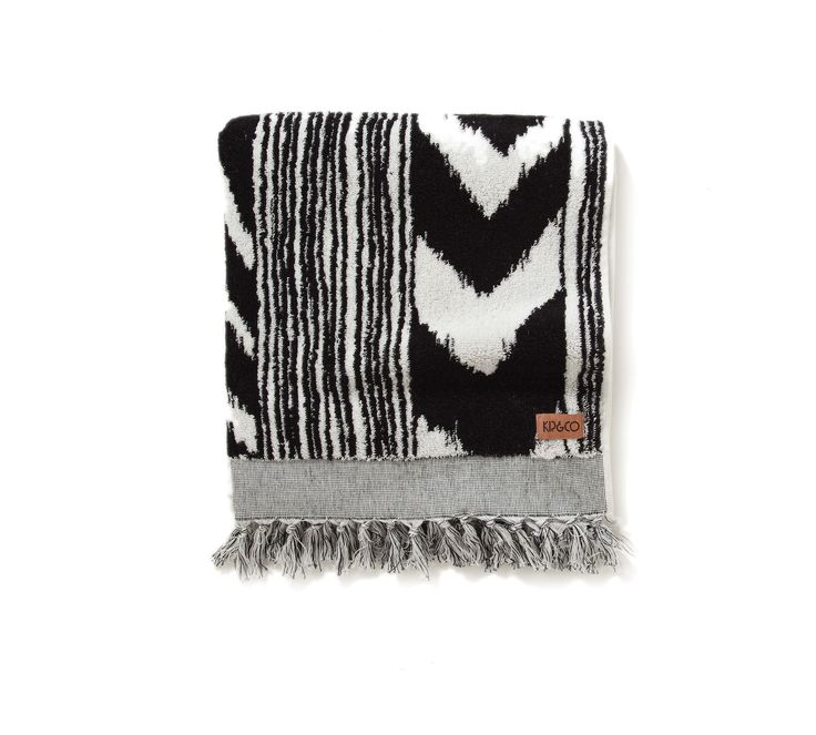 Generous, soft and absorbent bath towel with fringing in classic black and white 100% cotton, 700 gsm, 140 x 70cm Machine washable (hot first time, and on