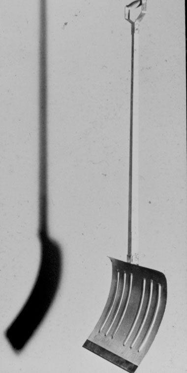 """Marcel DUCHAMP (1887-1968), En prévision du bras cassé, 1915, pelle en bois et fer galvanisé, avec l'inscription du titre en anglais, """"In advance of the Broken Arm"""""""