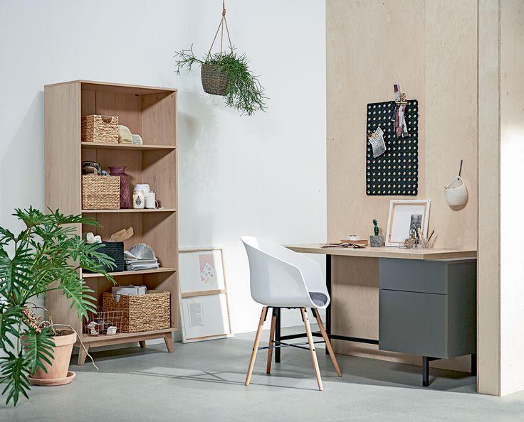 KALVEHAVE spisestol, AGGERSBORG skrivebord, KALBY bokhylle/reol, HVIDPIL dørmatte  | Casual Contrast | Skandinaviske hjem, nordisk design, Skandinavisk design, nordiske hjem, interiørdesign, innredning, stue, multifunksjonelle rom | JYSK