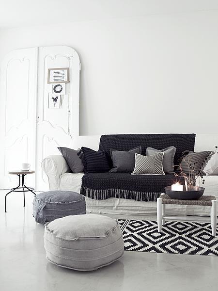 Living room #black #white #grey vtwonen van: http://www.vtwonen.nl/wooninspiratie/plaid-en-kussens.html