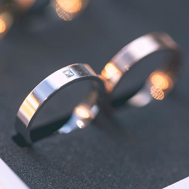 Let your light shine!!! Alianzas de boda ARGYOR1954 en oro blanco y diamante princesa. Descubre toda la colección de alianzas originales.