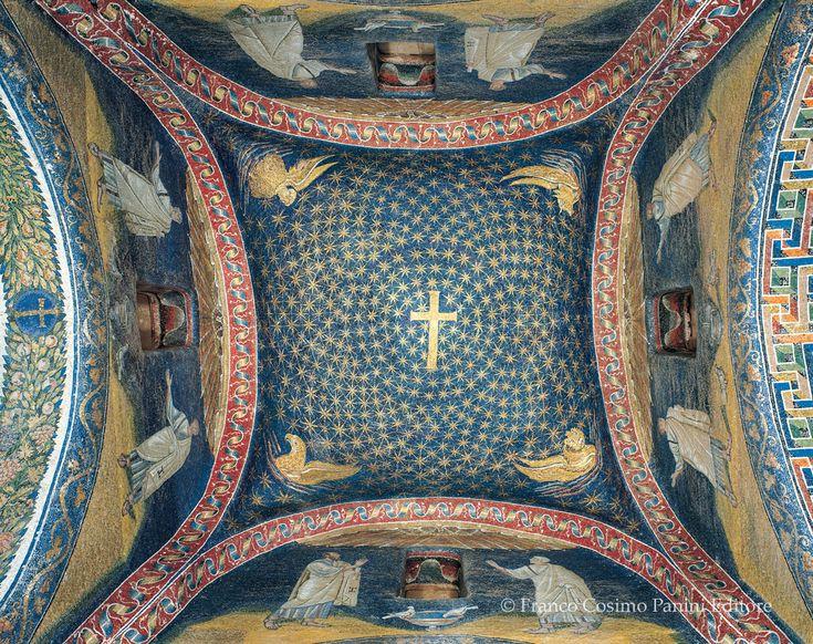 Mausoleo di Galla Placidia; ca 450 d.C.; Ravenna, veduta della cupola.   L'interno, in contrasto con l'esterno, è riccamente ornato e nella decorazione vi è una progressione che va dall'uso del marmo, allo stucco, al mosaico. La cupola copre il vano centrale, con un mantello blu disseminato di stelle.