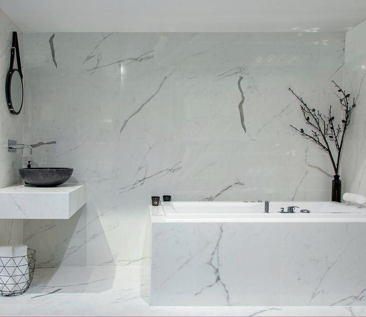 Hvorfor ikke bruke samme flis på gulv, vegger og innredningen? Resultater blir et helhetlig og elegant bad.