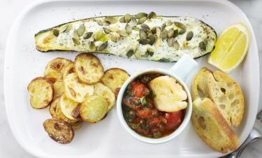 Fylld zucchini med ricotta, pumpafrön och basilikadoftande tomatsås