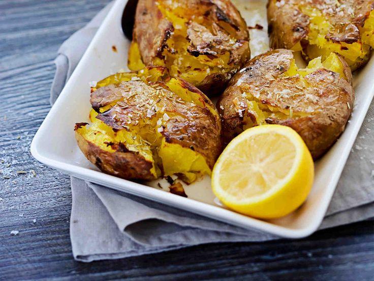 Sitruuna ja rosmariini tuovat välimerellistä makua uuniperunoille. Rapeat rosmariiniuuniperunat maistuvat lihan tai kalan lisäkkeenä.