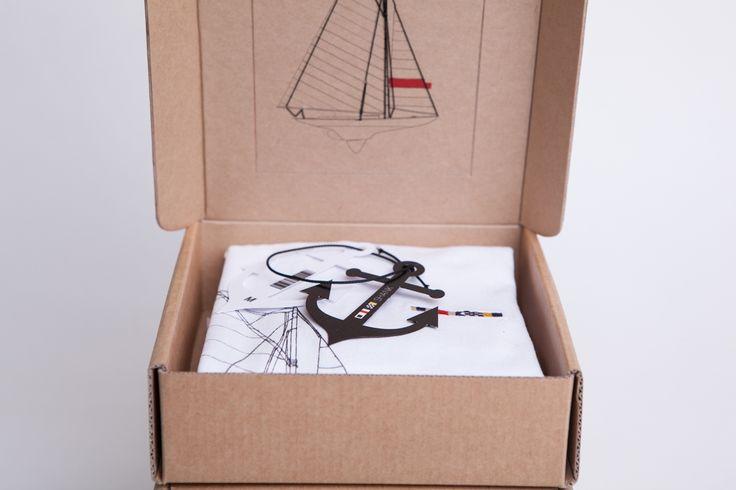 Дизайнер изНовой Зеландии, Petra Skee, создала серию изчетырех футболок, логотип, дизайн футболок иособый дизайн упаковки дляних. Накаждой футболке нанесено изображение ввиде проекта одной изклассических парусных лодок чертежным стилем рисования линий.   Дизайн упаковки отличается уникальной конструкцией идизайном. Коробки изготовлены изгофрокартона, вкрышке каждой проделано открывающееся окошко, накотором напечатана лодка, та же что инаупакованной футболке, причем такелаж вышит…