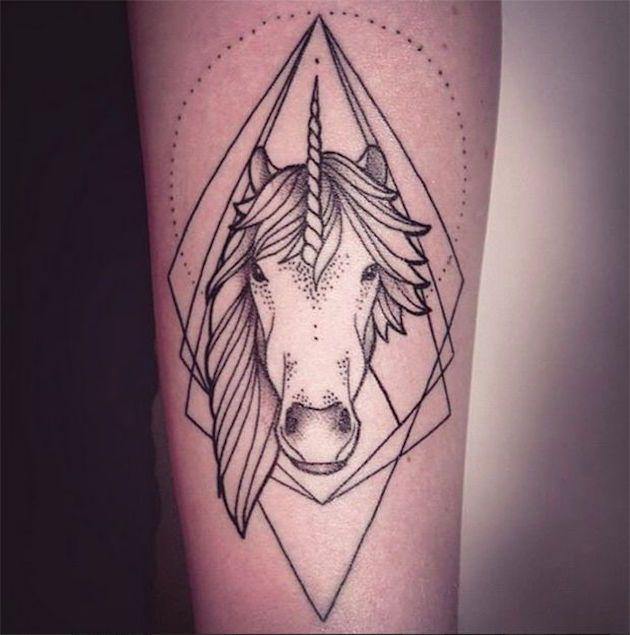 Idée originale pour se faire tatouer une tête de licorne avec des formes géométriques https://tattoo.egrafla.fr/2016/03/03/modele-tatouage-licorne/