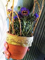 Piffa upp en gammal lerkruka med ett fint spetsband. Kreativt Blomster