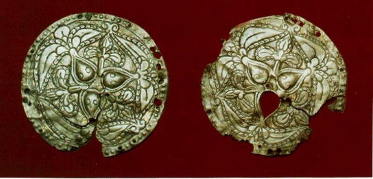 Guilt silver braid discs (Tiszabercel) László Gyula, Árpád népe. Helikon, Budapest, 1988, picture No 95. László Gyarmathy's photograph. Jósa András Múzeum, Nyíregyháza.