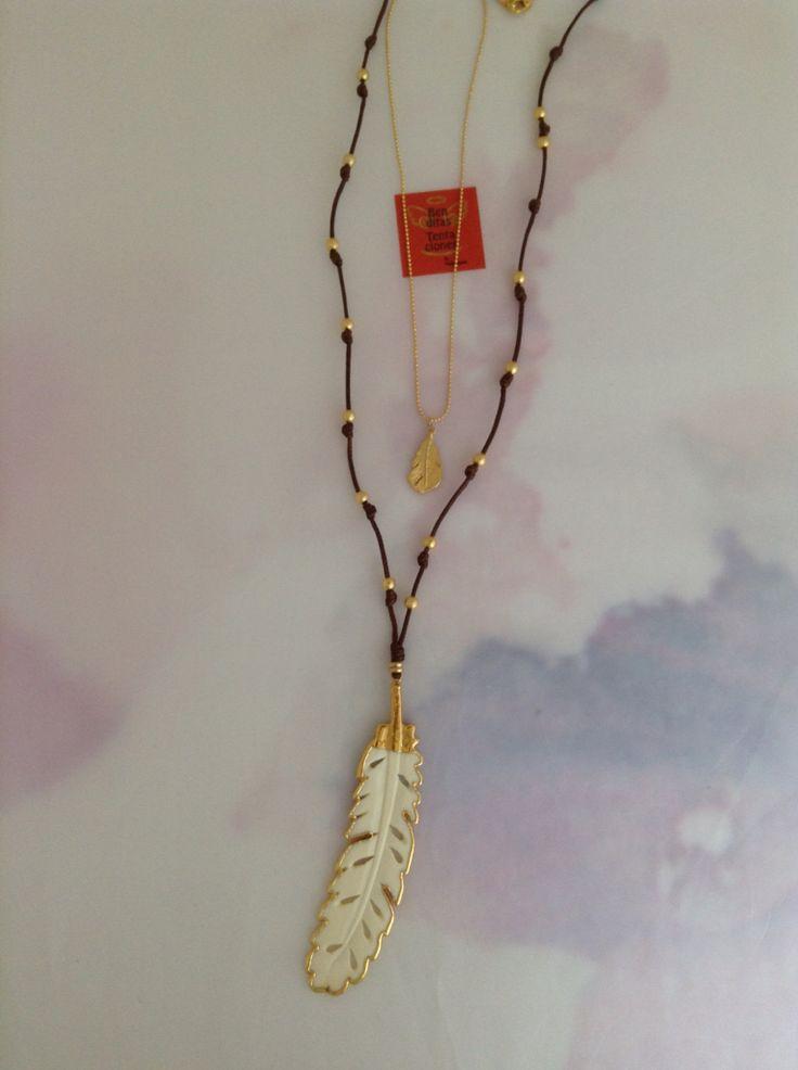 Collar doble con pluma en cuerno de búfalo y oro de 24k, cadena gold filled con pluma en baño de oro de 24k. Ref.p150. benditas_tentaciones@yahoo.com
