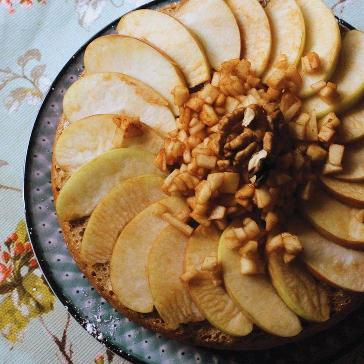 Что может порадовать порадовать ваших друзей и близких в хмурые октябрьские деньки? Десерт от нашей мастерицы с ароматом осенних яблок - идеальное лакомство для домашнего чаепития!  Шарлотка с корицей и орехами с доставкой прямо к вашему столу.  Для заказа цены и информации в директ.  #cake #pie #apple_pie #homemadefood #homemade #cinnamon #apple #almond #moscow #delivery # торты #тортыназаказ #домашняявыпечка #шарлотка #миндаль #корица #доставка #бесплатнаядоставка #москва