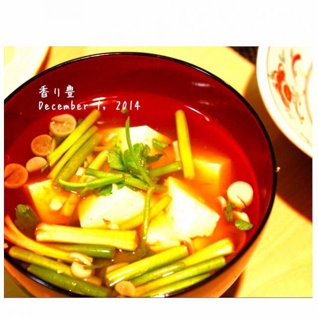 出汁をとって、豆腐とせりのお味噌汁にしました^ ^ - 37件のもぐもぐ - せりと豆腐の味噌汁 by yasuko murakami