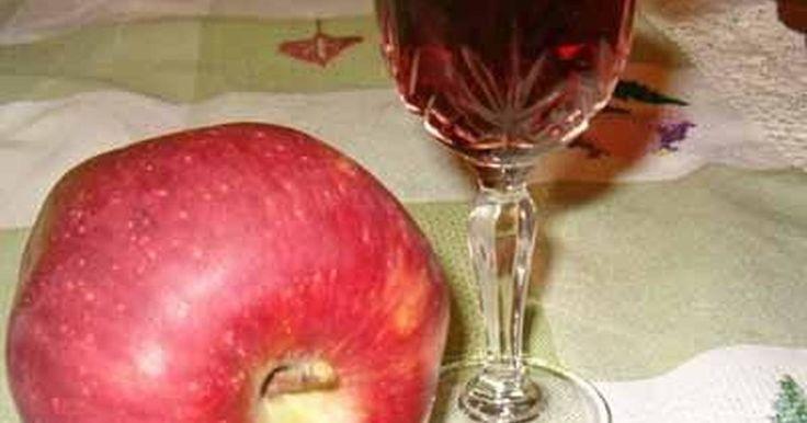Εξαιρετική συνταγή για Λικέρ μήλο. Ένα ξεχωριστό λικέρ για ξεχωριστές βραδιές! Λίγα μυστικά ακόμα Βεβαιωθείτε ότι το βάζο που θα χρησιμοποιήσετε κλείνει καλά.Αν έχετε υπομονή αφήστε να περάσουν 2-3 μήνες πριν δοκιμάσετε το λικέρ. Θα είναι πολύ καλύτερο!