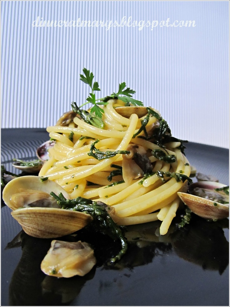 spaghetti with clams and salicornia