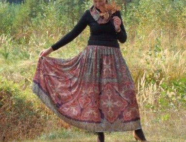 Jednoduchá splývavá sukně ušitá z velmi příjemného materiálu, polyesterového saténu  lze nosit i jako společenská  V pase na gumu, je nabíraná. Obvod sukně je téměř 3 metry  Nemačkavá, lehoučká a skladná, vhodná do zavazadla, na dovolenou. Po namočení brzy uschne. Velmi příjemný splývavý materiál  K sukni náleží i nákrčník ze stejného materiálu  Velikost S - L  Guma v nenataženém stavu 64 cm, maximálně pro pas 95 cm  délka 99 cm  nákrčník šíře 16 cm, obvod 140 cm, lze obmotat dvakrát kolem…