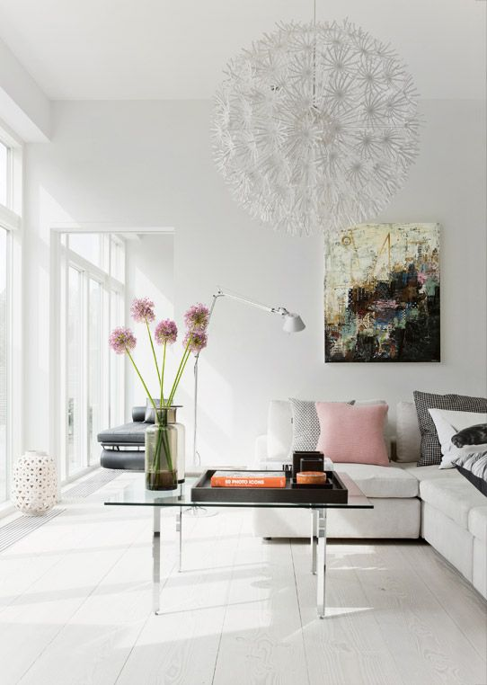 Great impact in the living room with a large pendant light