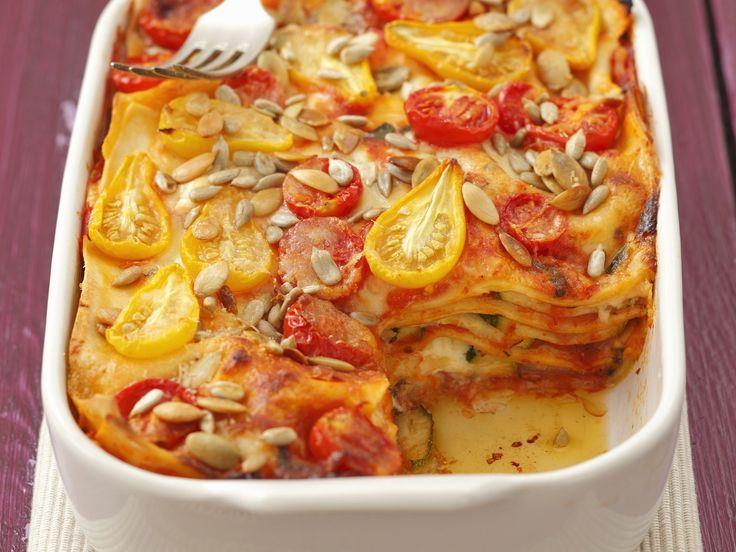 Eine gemüsiges Ofengericht mit knackig-nussiger Einlage! Zucchini-Tomaten-Lasagne mit Sonnenblumenkernen - smarter - Zeit: 40 Min. | eatsmarter.de