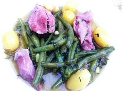 Güne Bohnen mit kleinen Kartoffeln und Eisbein.
