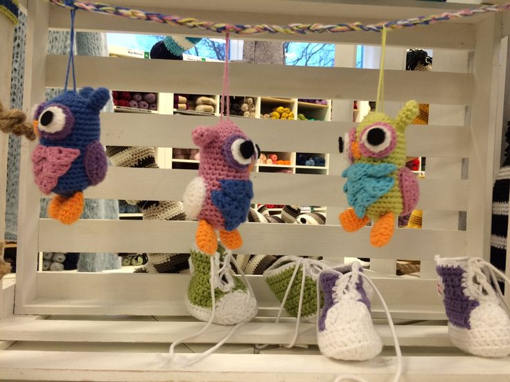 Ugler hænger som perler på en snor - Hæklet i forskellige farver i Blend garn #diy #owl #yarn