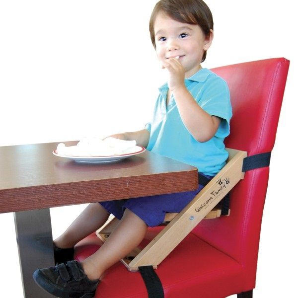 Au restaurant, le #rehausseur de chaise Welcome Family est idéal pour installer confortablement les enfants à table !  #welcomefamily