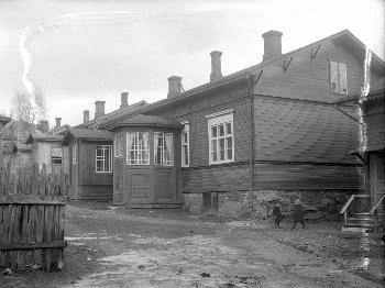 Lapsia puutalon pihalla 1900-luvun alkupuolella. Näsilinnankatu 36 / Satamakatu 8.