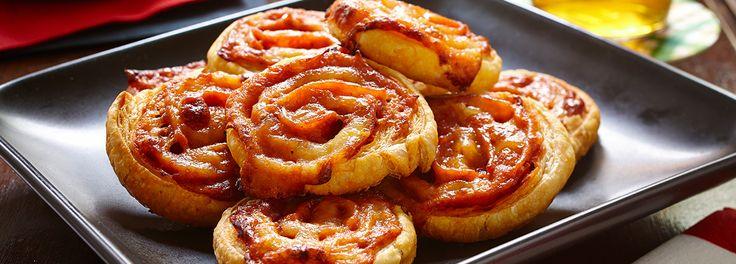 Toutes les saveurs d'une pizza au pepperoni roulées pour former un hors-d'œuvre. DIRECTIVES ROULER la pâte sur une surface légèrement enfarinée pour former un rectangle de 9 po x 12 po (23 cm x 30 cm). Disposer sur une plaque à pâtisserie tapissée de papier sulfurisé.  ÉTENDRE la sauce à pizza s