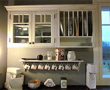 Seinäkaappia, seinähyllyjä ja lautashyllyä JUVIn kaapeista toteutettuna.