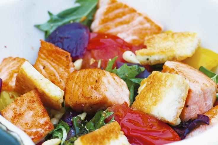 Varm laxsallad med grilloumi, http://www.fontana.se/recept/varm-laxsallad-med-grilloumi/