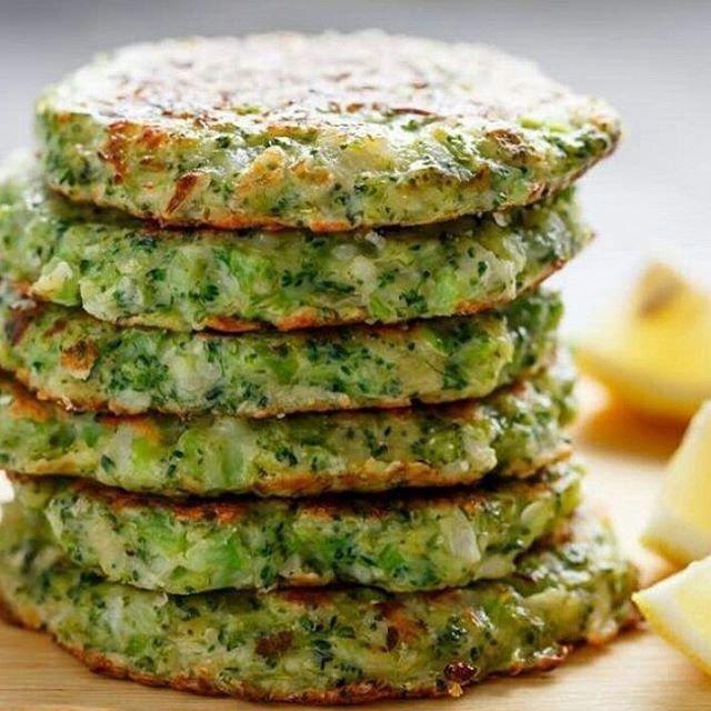 Receita delícia do dia!  Hambúrguer de Brócolis.  Ingredientes: ✅1 brócolis grande ✅1 ovo grande ✅½ cebola ✅2 colheres de chá de alho picados ✅⅓ xícara de queijo parmesão ralado ✅⅓ xícara de farinha de amêndoa ✅1 colher de chá de sal ✅¼ colher de chá de pimenta preta ✅Azeite para pincelar. ⠀⠀⠀⠀⠀⠀⠀⠀⠀⠀⠀⠀ Modo de Preparo: ⠀⠀⠀⠀⠀⠀ ✅Pique o brócolis em floretes e  pique também o caule separadamente. Coloque o brócolis e o caule  em um processador de alimentos e pulse algumas vezes até que...