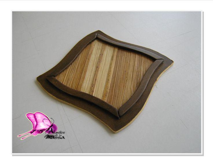 Colección Menaje de Mesa,portavaso en fibra vegetal (calceta de plátano) laminada sobre madera.