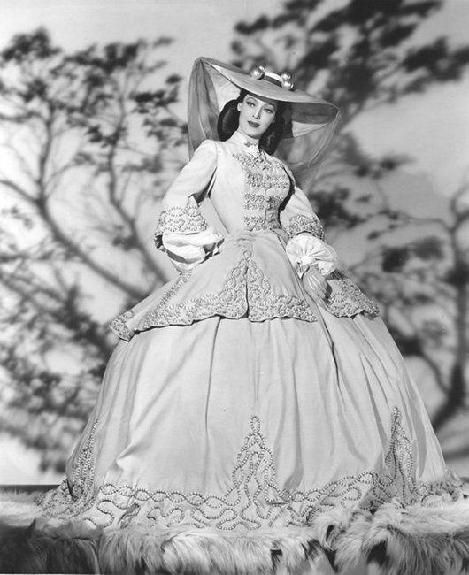 Лоретта Янг блистательна, феерически прекрасна в этом фильме.И унее превосходные наряды. А сама лента - очаровательная история балерины, снятая, как и…