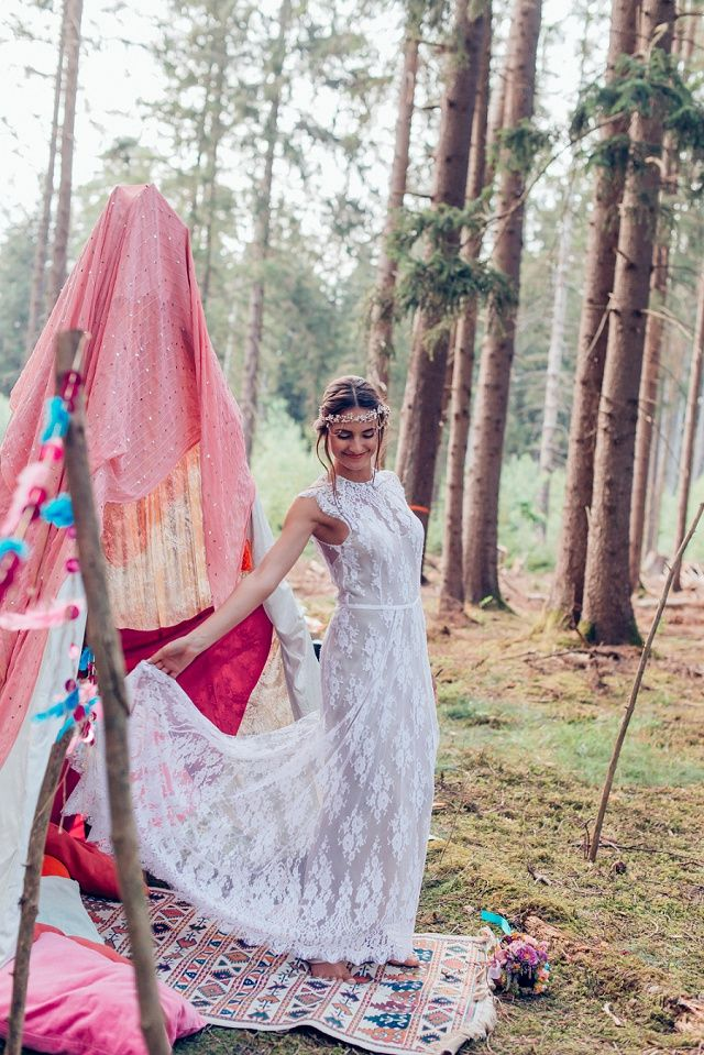 Bunte Boho Hochzeit im Wald mit individueller Papeterie von Farbgold | Hochzeitsblog - The Little Wedding Corner