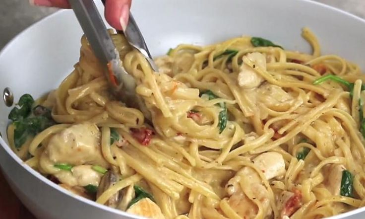 Linguine au poulet à la Florentine : Des pâtes crémeuses aux tomates et champignons, y'a rien de meilleur!