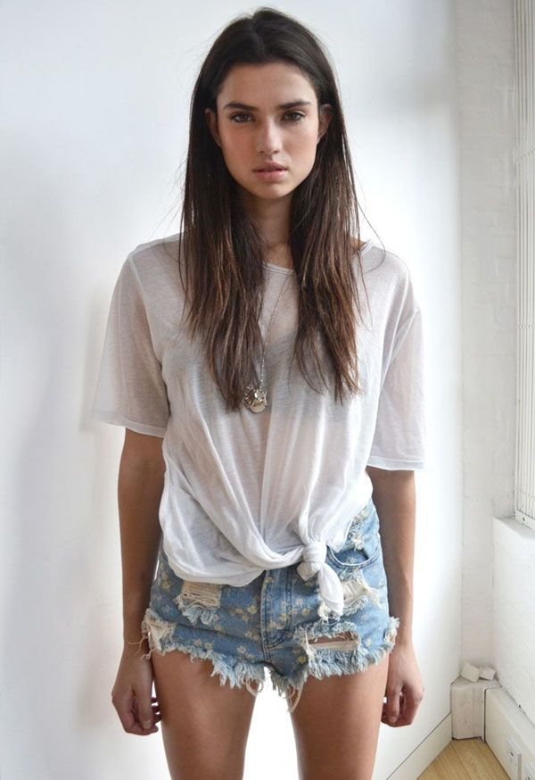 Dê um nó na t-shirt para variar o duo básico jeans + camiseta branca.
