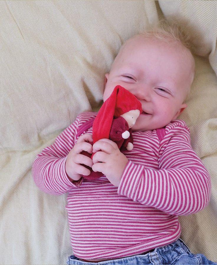 Muñeca pequeña de color rojo, con suave fragancia a lavanda gracias a su interior relleno de flores de lavanda. Está elaborada de manera artesanal, con la cara pintada a mano dando una expresión única a cada muñeca. Está fabricada en tela de algodón, rellena de flores de lavanda. El suave olor a lavanda tiene un efecto calmante y es relajante para los niños más pequeños, por lo que es ideal para ayudarles a dormir. Se debe lavar a mano de manera suave, evitando frotar ya que se puede…