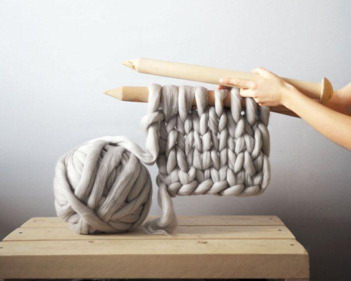 Designer utiliza tricô gigante para tecer cobertores super grossos stylo urbano-1