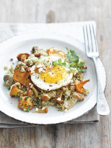 Quinoa met paddenstoelen en een gebakken eitje  http://njam.tv/recepten/quinoa-met-paddenstoelen-en-een-gebakken-eitje