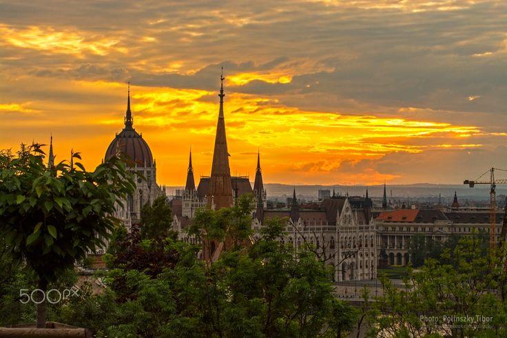 The first rays of the Sun with Parliament - The first rays of the Sun with Parliament, Budapest. The photo is made of the Buda Castle. / A Nap első sugarai Parlamenttel, Budapesten. A fénykép a Budai Várból készült.