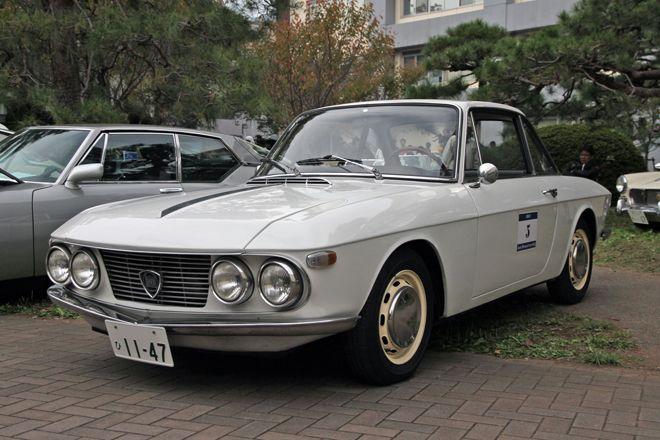 Lancia Fulvia Coupe 1965 in 8th Classic Car Fest. in Kiryu, Gunma, Japan 「ランチア・フルビア・クーペ」。ちょうど半世紀前の1963年にデビューした、ボクシーなベルリーナだった「フルビア」から派生したクーペ。ラリーで大活躍した「クーペHF」が有名だが、これは65年に登場した初期型で、オリジナルの状態がよく保たれている。1.2リッターのV4エンジンで前輪...